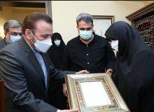 تقدیم لوح یادمان زرین از طرف دولت به همسر مرحوم علیرضا تابش