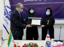 اهدای نشان سفیر مدرسهسازی به «پوران درخشنده»